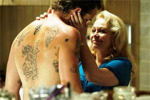 Sullivan Stapleton şi Jacki Weaver în Animal Kingdom. Foto: Sony Pictures Classics